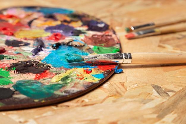 Schmutzige farbpalette und aquarellröhren