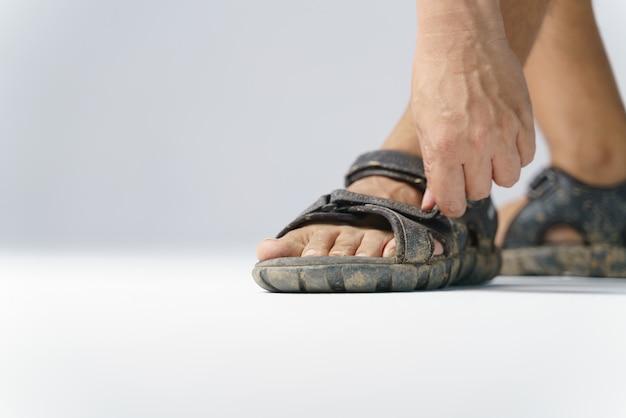 Schmutzige füße mit sandalenschuhen