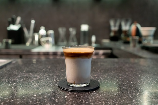 Schmutzige kaffeetasse (espresso mit milch) in der café-bar