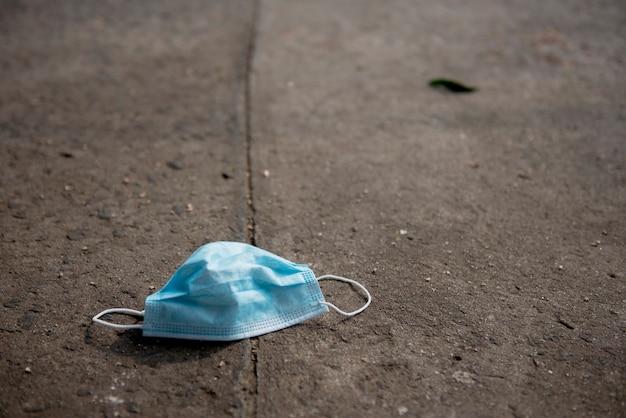 Schmutzige medizinische maske auf dem boden