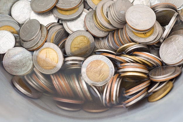 Schmutzige münzen, die mit essig säubern