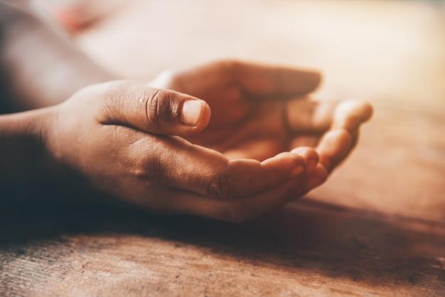 Schmutzige offene hand der kinder, die um geld bittet