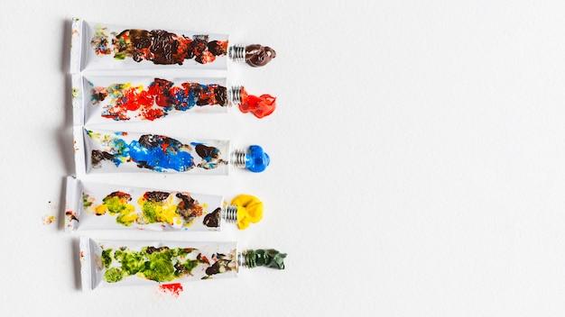 Schmutzige röhren mit dickem pigment