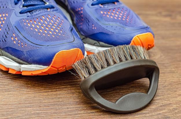Schmutzige turnschuhe nach dem training reinigen. schmutzige turnschuhe waschen. wasch deine turnschuhe. reinigen sie ihren trailrunning-schuh.