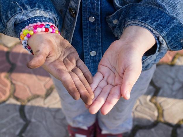 Schmutzige und saubere handfläche des kleinen mädchens. kinderhände.