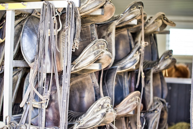 Schmutzige und staubige kanten von gürteln und unregelmäßigen teilen wie fertigen taschen, pferdesätteln und anderen öffentlichen dienstleistungen. aufgestapelt.