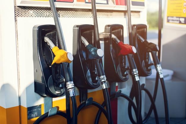 Schmutzige zapfpistole im ölspender mit benzin und diesel in betrieb befindlicher tankstellenpumpe