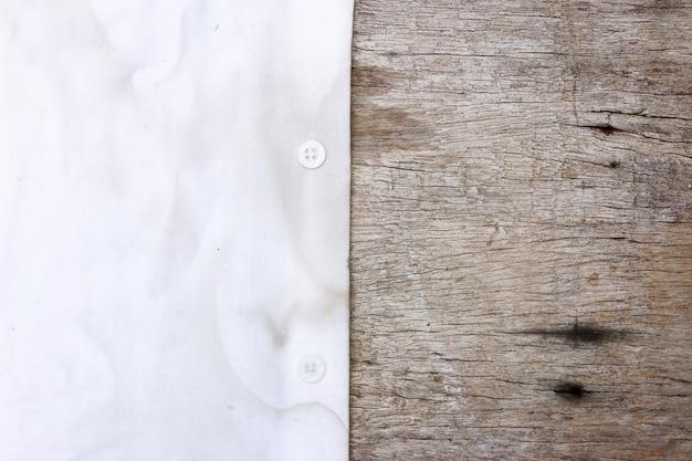 Schmutziger fleck auf einem tuch zum reinigen.