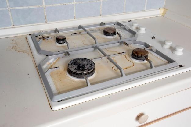 Schmutziger gasherd speiseölflecken auf gasherd in der kücheeine unsaubere und schmutzige küche zum kochen...