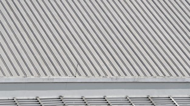 Schmutziges altes metallstrukturdach des gebäudes und der draufsicht.
