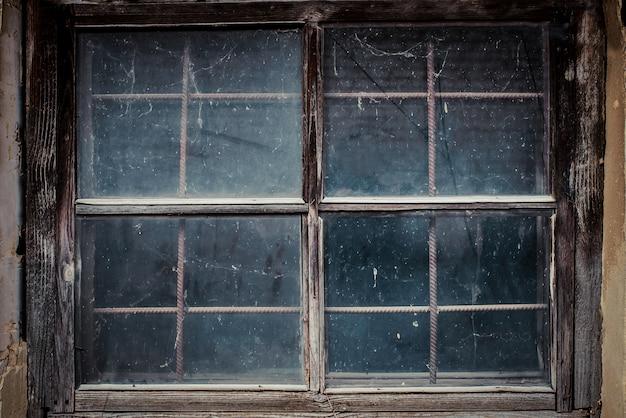 Schmutziges fenster in der alten haushalle