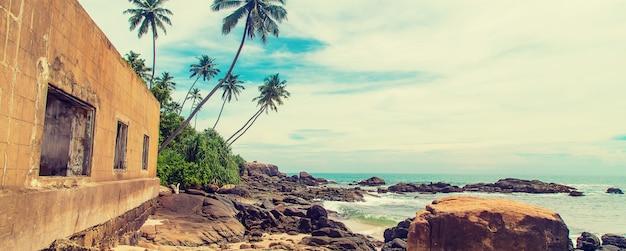 Schmutziges haus in strandnähe