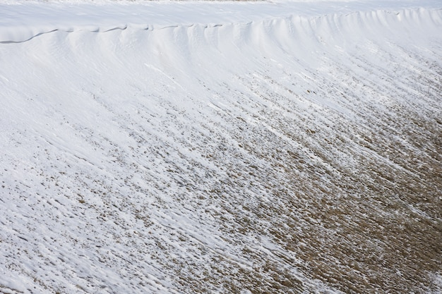 Schnee am hang des hügels, die lawinenbildung nicht herabgestiegen
