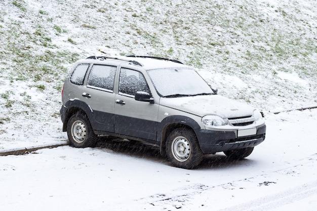 Schnee auf dem auto nach schneefall. urbane winterszene