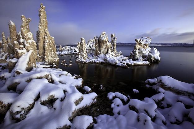 Schnee auf mono lake in der abenddämmerung