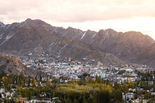 Schnee-bergblick von leh ladakh district, nordteil von indien