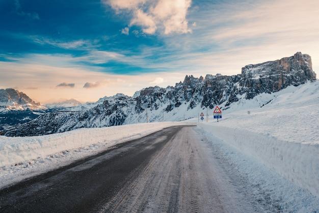 Schnee-berglandschaftsstraße am giau-pass