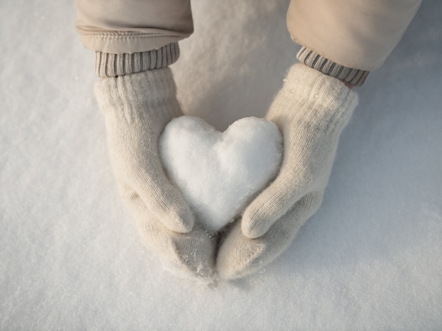 Schnee herz in händen