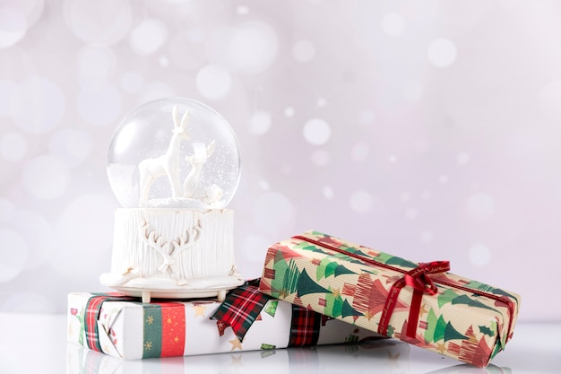 Schneeball mit weihnachtsgeschenkboxen