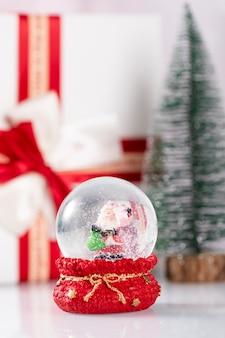 Schneeball mit weihnachtsmann und weihnachtsdekoration