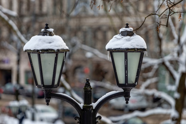 Schneebedeckte alte laterne zum stadtpark