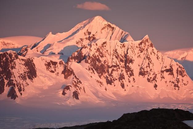 Schneebedeckte berge in der antarktis