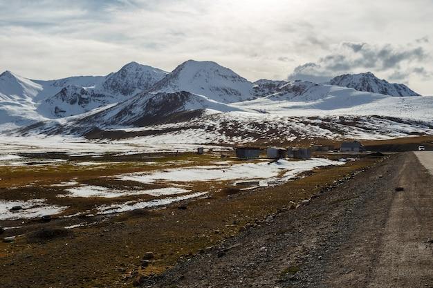 Schneebedeckte berggipfel auf dem ala bel pass, bishkek osh autobahn m41 in kirgisistan
