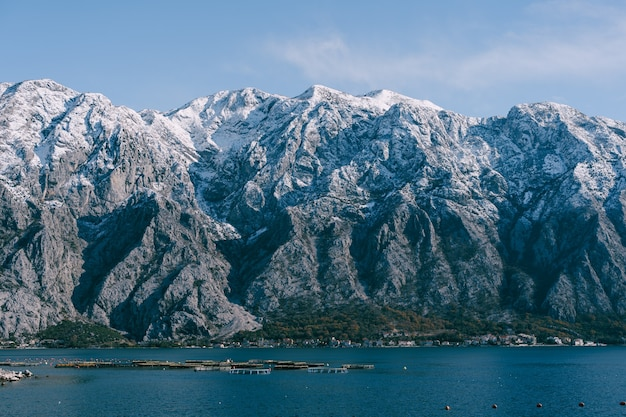Schneebedeckte berggipfel in der bucht von kotor, montenegro über der stadt dobrota, ein assiable und fisch and