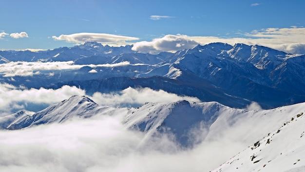 Schneebedeckte berglandschaft winter auf den alpen