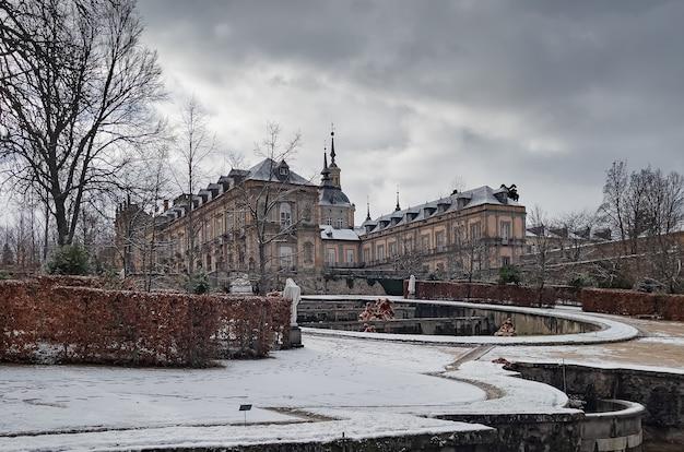 Schneebedeckte gärten und äußeres des berühmten palastes, in der granja de san ildefonso, segovia, castilla y leon, spanien