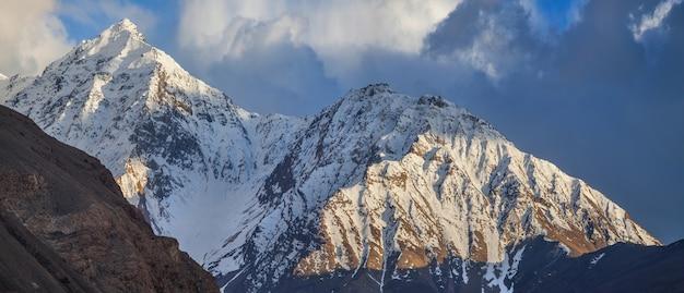 Schneebedeckte gipfel der hindu-kush-berge. wakhan-korridor an der grenze zwischen tadschikistan und afghanistan