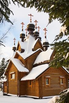Schneebedeckte holzkirche