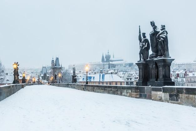 Schneebedeckte karlsbrücke in prag