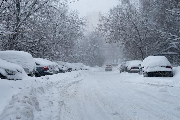 Schneebedeckte moskauer straße nach einem schweren schneesturm am frühen wintermorgen