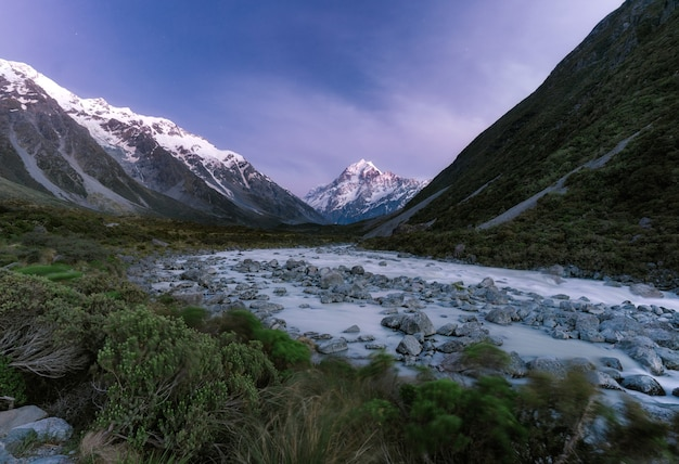 Schneebedeckte naturlandschaft mit bergen