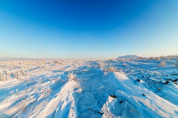 Schneebedeckte steinwüste