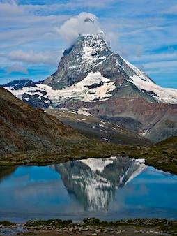 Schneebedeckter berg reflektiert im ruhigen see