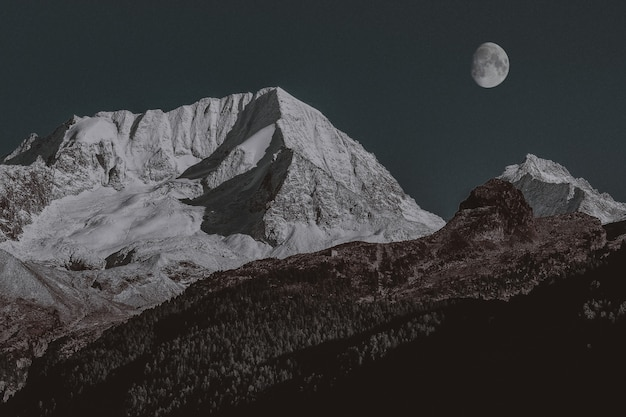Schneebedeckter berg