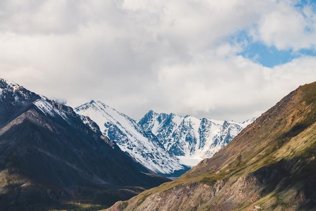 Schneebedeckter bergrücken und steiler hang