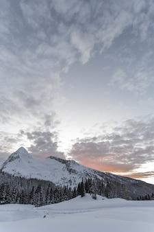 Schneebedeckter boden