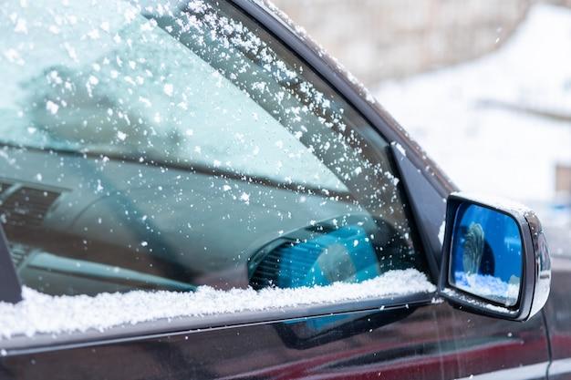 Schneebedecktes autofenster