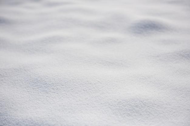 Schneebedecktes land