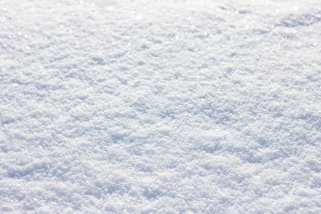 Schneebeschaffenheit an einem sonnigen tag, sonniger tag des winters, schneedecke
