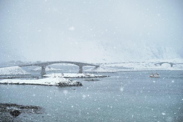 Schneefall auf den lofoten, norwegen