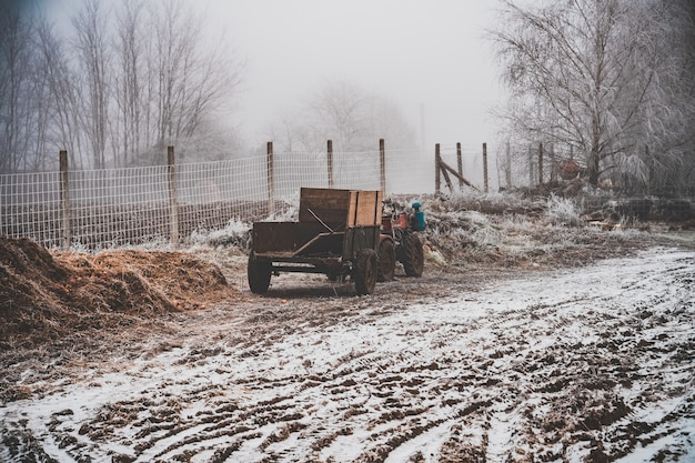 Schneefeld mit einem wagen an einem allradmotorrad