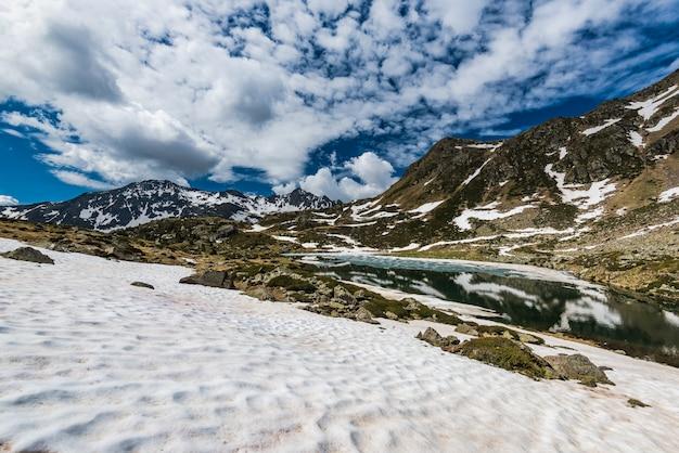 Schneeflecken in pyrenäen zur frühlingszeit