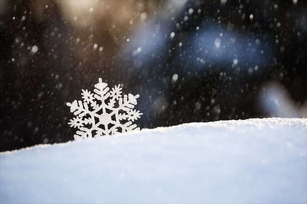 Schneeflocke auf schnee winterurlaub und weihnachtshintergrund.