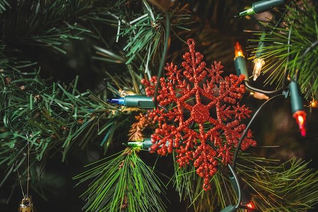 Schneeflocke hängt am weihnachtsbaum