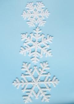 Schneeflocken auf blauer oberfläche