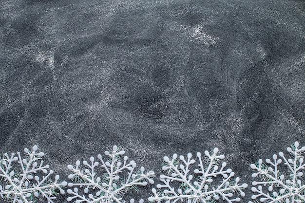 Schneeflocken auf einer schwarzen tafel.